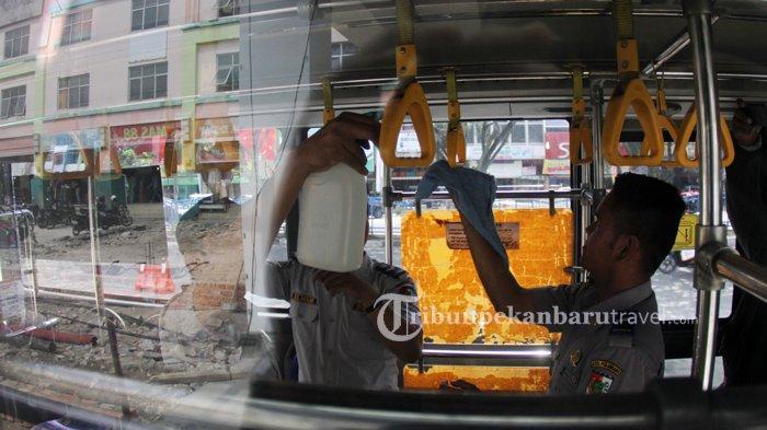 FOTO : Petugas Dishub Sterilisasi Bus Trans Metro Pekanbaru Cegah Penyebaran Virus Corona - bus-tmp-dibersihkan4.jpg