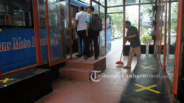 FOTO : Penerapan  Social Distancing di Halte Bus Trans Metro Pekanbaru - bus-tmp-social-distancing2.jpg