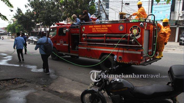 FOTO : Dinas Pemadam Kebakaran Pekanbaru Semprot Disinfektan di Jalanan Cegah Penyebaran Covid-19 - dinas-pemadam-kebakaran-dan-penyelamatan-kota-pekanbaru3.jpg