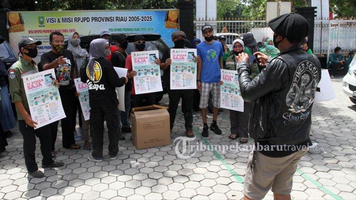 Dinkes Riau Bersama Mahasiswa dan Komunitas Salurkan 1000 Lusin Masker Kain ke 19 Pasar di Pekanbaru