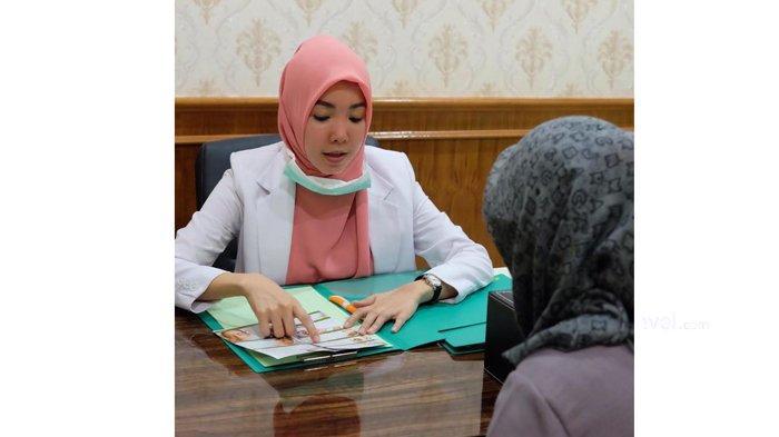 dr.Nurhasanah memberi edukasi kepada pasien