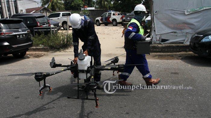 FOTO : Tim Gabungan Semprotkan Disinfektan Pakai Drone di Pekanbaru - drone-disinfektan1.jpg
