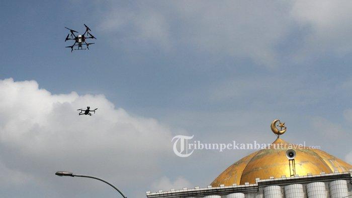 FOTO : Tim Gabungan Semprotkan Disinfektan Pakai Drone di Pekanbaru - drone-disinfektan4.jpg