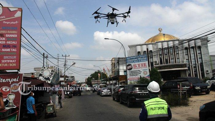 FOTO : Tim Gabungan Semprotkan Disinfektan Pakai Drone di Pekanbaru - drone-disinfektan5.jpg