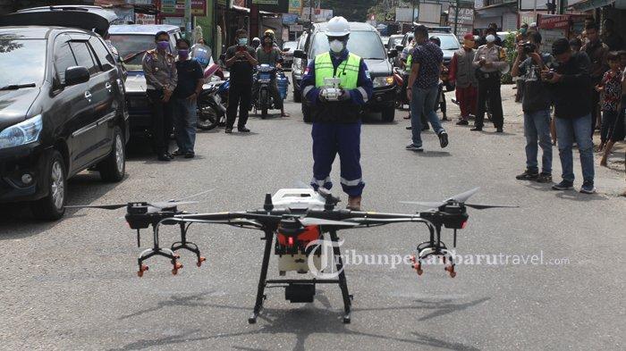 FOTO : Tim Gabungan Semprotkan Disinfektan Pakai Drone di Pekanbaru - drone3.jpg