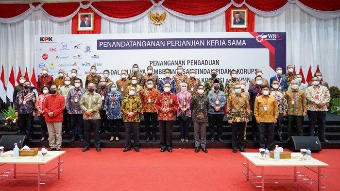 Foto Bersama Ketua KPK Firli Bahuri dan Direktur BUMN saat penandatanganan Kerjasama Penanganan Pengaduan Tindak Pidana Korupsi Terintegrasi di Aula Gedung Juang KPK Jakarta pada Selasa (2/3/2021)