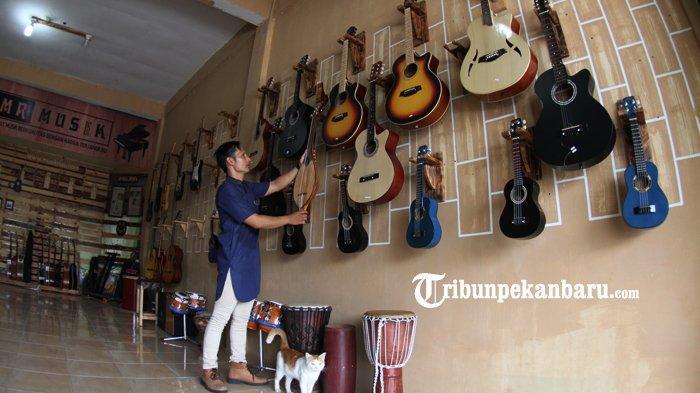 Pengrajin alat musik Robithah Irawan (30) tengah membuat gambus melayu di workshop nya, Balai Musik Riau Jalan Sudirman Pekanbaru, Jumat (10/10/2020). Dalam sebulan ia dapat memproduksi sekitar 12 hingga 24 gambus untuk memenuhi pesanan seniman musik dari berbagai daerah termasuk dari Malaysia dan Singapura. Gambus melayu berbahan dasar pohon nangka itu dijual sekitar Rp 2,5-3 juta lebih tergantung model dan jenisnya. TRIBUN PEKANBARU/THEO RIZKY