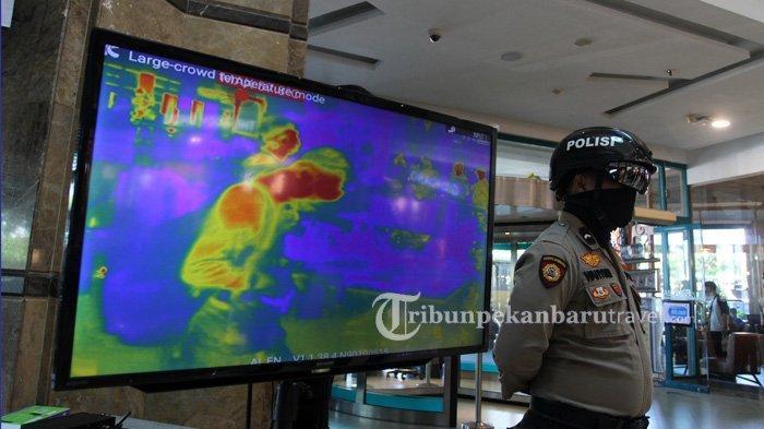 FOTO : Anggota Kepolisian Gunakan Helm Thermal Pantau Suhu Tubuh Pengunjung di Mal SKA - helm-thermal1.jpg