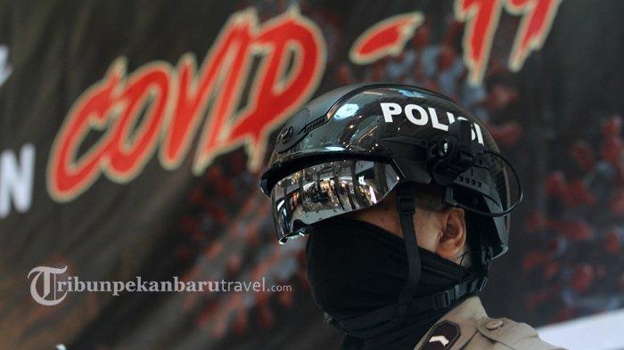 FOTO : Anggota Kepolisian Gunakan Helm Thermal Pantau Suhu Tubuh Pengunjung di Mal SKA - helm-thermal2.jpg
