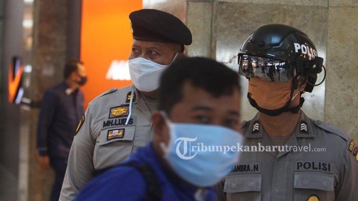 FOTO : Anggota Kepolisian Gunakan Helm Thermal Pantau Suhu Tubuh Pengunjung di Mal SKA - helm-thermal3.jpg