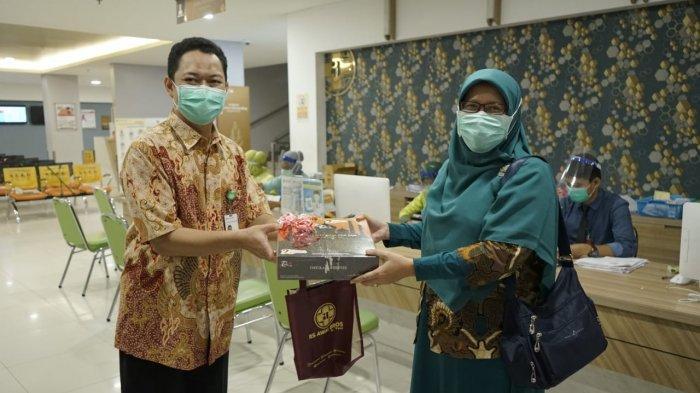 Berbagi Kebahagian Saat HUT ke-2, RS Awal Bros A Yani Berikan Bingkisan ke Pasien