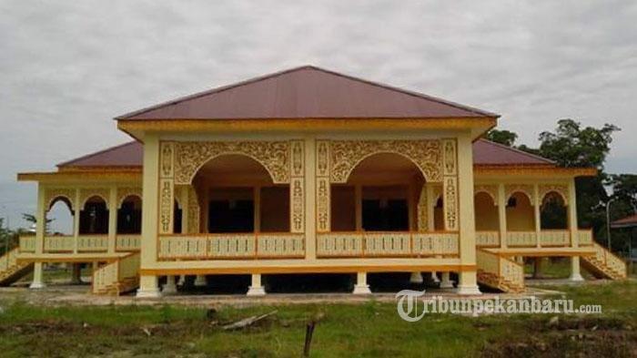 Istana Sayap di Kelurahan Pelalawan , Kecamatan Pelalawan merupakan istana peninggalan Kerajaan Pelalawan yang dulunya merupakan tempat tinggal para keturunan raja atau sultan.
