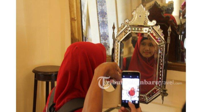 Ingin Ketularan Cantik, Pengunjung Berkaca di Cermin Permaisuri Istana Siak