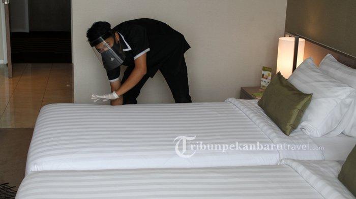 FOTO : Terapkan Protokol Kesehatan Cegah Covid, Karyawan Hotel di Pekanbaru Pakai APD Saat Bekerja - karyawan-di-the-premiere-hotel-pekanbaru1.jpg