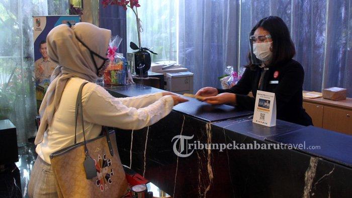 FOTO : Terapkan Protokol Kesehatan Cegah Covid, Karyawan Hotel di Pekanbaru Pakai APD Saat Bekerja - karyawan-di-the-premiere-hotel-pekanbaru3.jpg