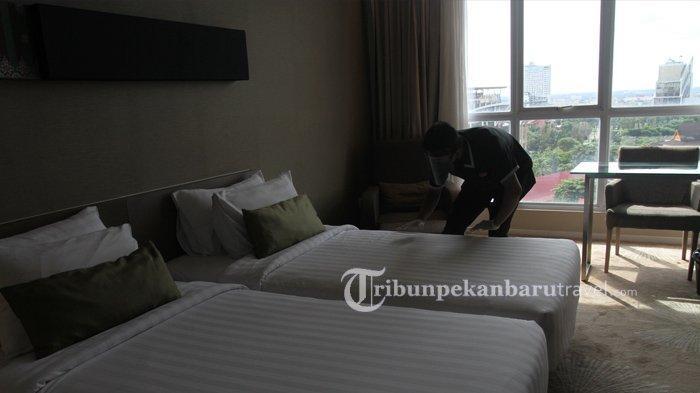 FOTO : Terapkan Protokol Kesehatan Cegah Covid, Karyawan Hotel di Pekanbaru Pakai APD Saat Bekerja - karyawan-di-the-premiere-hotel-pekanbaru6.jpg
