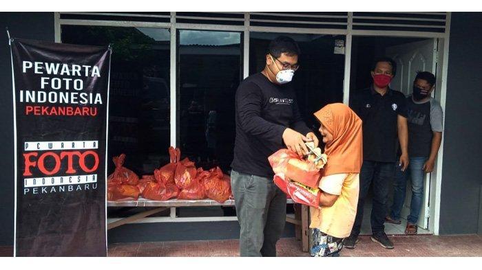 PFI Pekanbaru Bersama Minamas Plantation Bagikan Paket Sembako Untuk Warga Terdampak Covid-19
