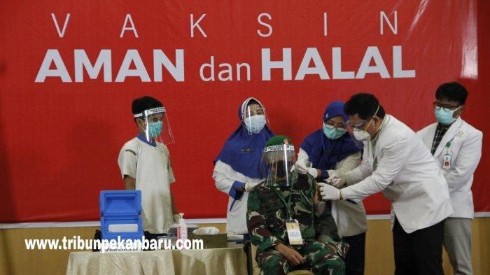 Danrem 031/Wira BimaBrigjen TNI M Syech Ismed Jadi Orang Pertama yang Disuntik Vaksin Covid di Riau