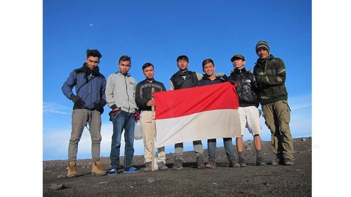 Komunitas Awan Senja Adventure saat mendaki Gunung Marapi Sumatera Barat