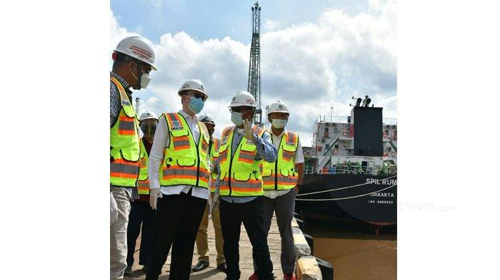 Komut Pelindo 1, A Djamaludin bersama Direktur Transformasi dan Pengembangan Bisnis Pelindo 1,Prasetyo mendengar penjelasan GM Pelabuhan Pekanbaru, I Wayan Wirawan tentang strategi dan Potensi TPK Perawang