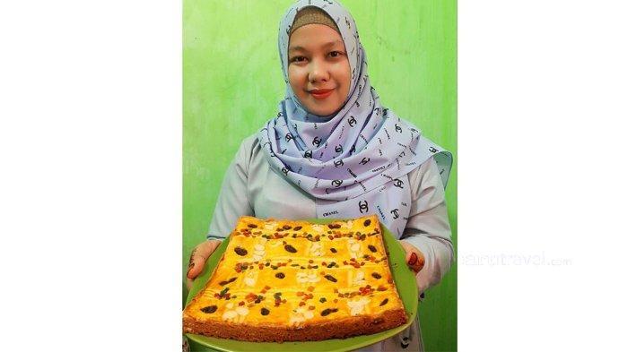 Maria Fransiska, pemilik Mammamia Cake memperlihatkan kue buatannya