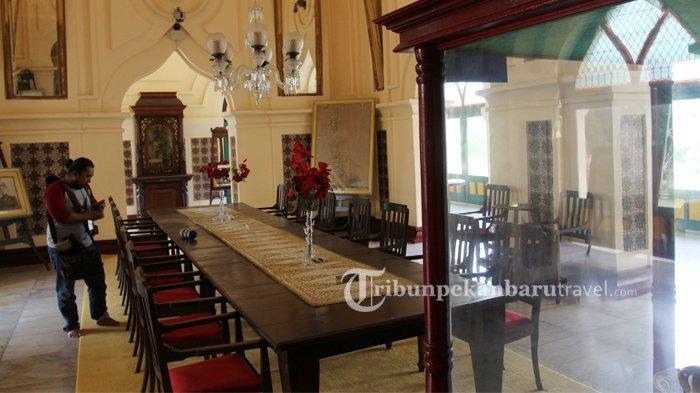 Meja kayu di Istana Siak ini merupakan tempat sultan mengadakan pertemuan dengan para pemuka dan mitranya