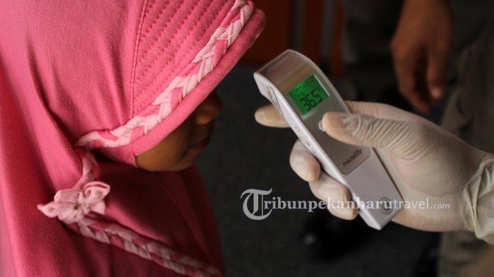 FOTO : Pemeriksaan Suhu Tubuh di Mal Pelayanan Publik Pekanbaru Untuk Antisipasi Penyebaran Covid-19 - mpp-cek-suhu-tubuh4.jpg