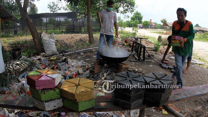 Pengelola Taman Bunga Impian Okura Ubah Sampah Plastik Jadi Paving Block