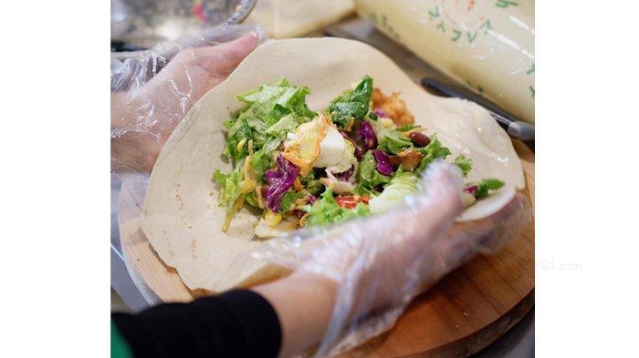 Pembuatan salad di Marayu Healthy Kitchen