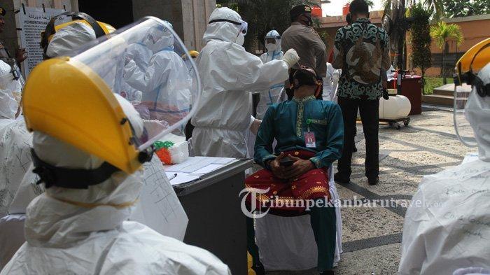 FOTO : Sebelum Mengikuti Sidang Paripurna HUT ke-63 Riau, Undangan Wajib Ikuti Rapid Swab Test - pemeriksaan-covid1.jpg
