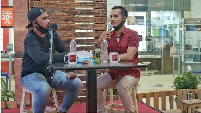 Pemilik Balai Musik Riau (BMR) Robithah Irawan (kanan) menjadi nara sumber pada acara podcast di Pekanbaru Ekonomi Kreatif Fest, Mal SKA Pekanbaru baru-baru ini