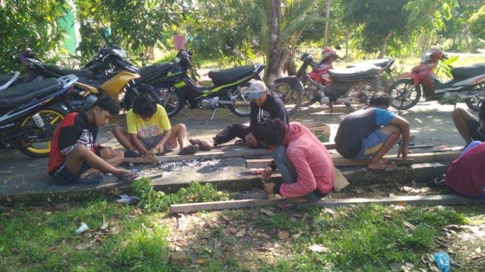 Pemuda di Bengkalis mulai bergotong royong menyiapkan menara lampu colok di kampungnya masing masing.