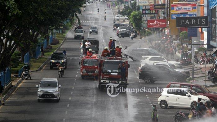 FOTO : Penyemprotan Disinfektan Massal di Jalanan Kota Pekanbaru - penyemprotan-disinfektan-di-jalan5.jpg