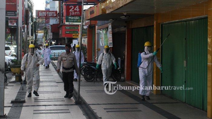 FOTO : Anggota Brimob Semprotkan Disinfektan di Pedestrian Jalan Sudirman - penyemprotan-disinfektan1.jpg