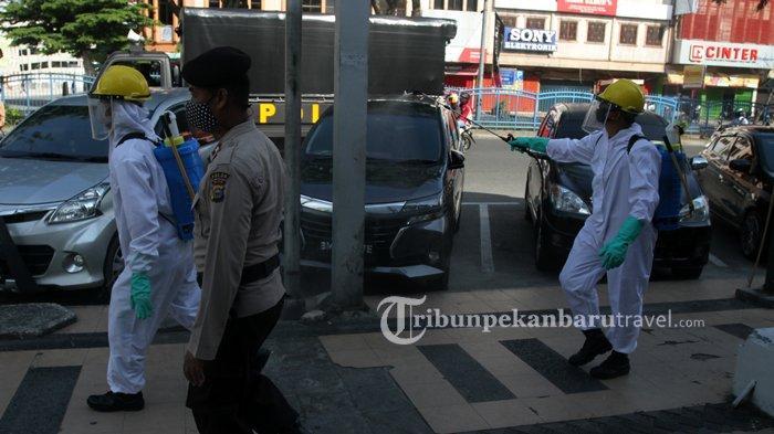 FOTO : Anggota Brimob Semprotkan Disinfektan di Pedestrian Jalan Sudirman - penyemprotan-disinfektan2.jpg