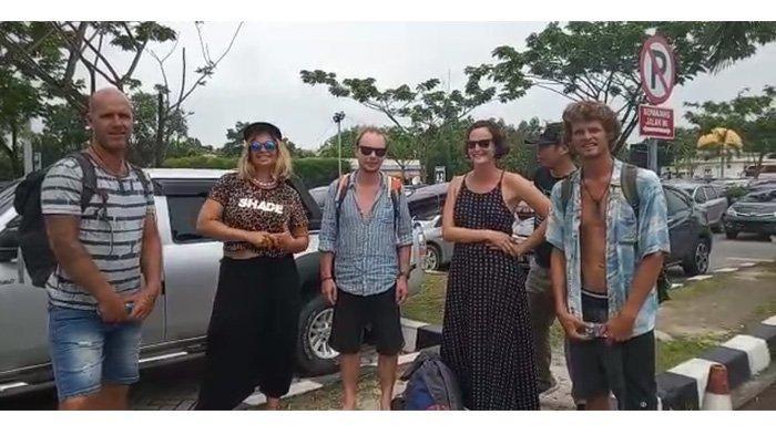 Peselancar asing tiba di Bandara SSK II Pekanbaru untuk mengikuti event Bekudo Bono yang digelar pada November 2019 lalu