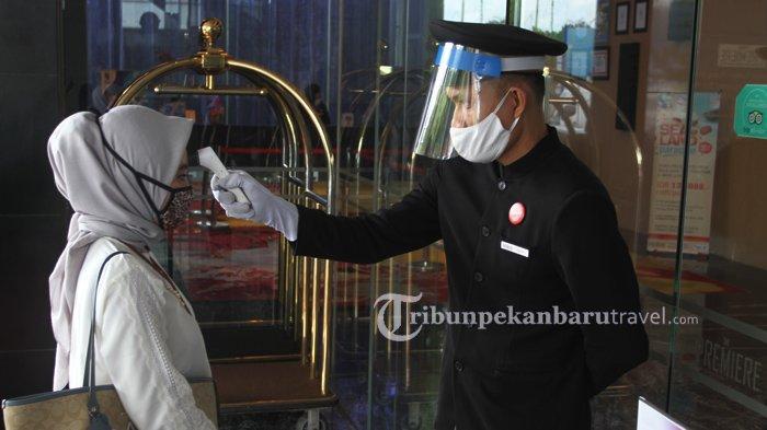 FOTO : Terapkan Protokol Kesehatan Cegah Covid, Karyawan Hotel di Pekanbaru Pakai APD Saat Bekerja - petugas-di-the-premiere-hotel-pekanbaru.jpg