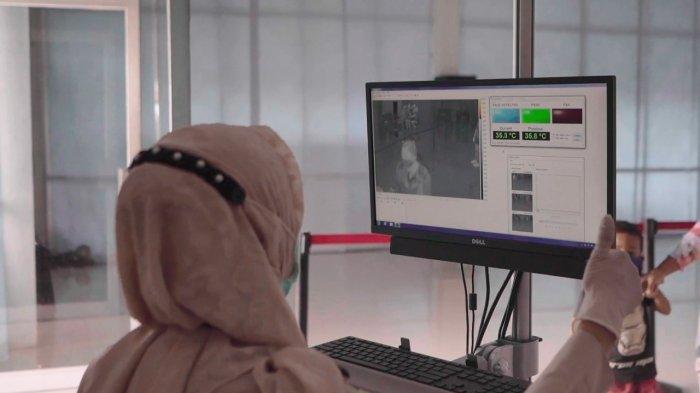 Petugas melakukan pengecekan suhu kepada setiap penumpang yang naik dan turun melalui Thermal Scanner yang tersedia di setiap Terminal Penumpang yang dikelola oleh Pelindo 1