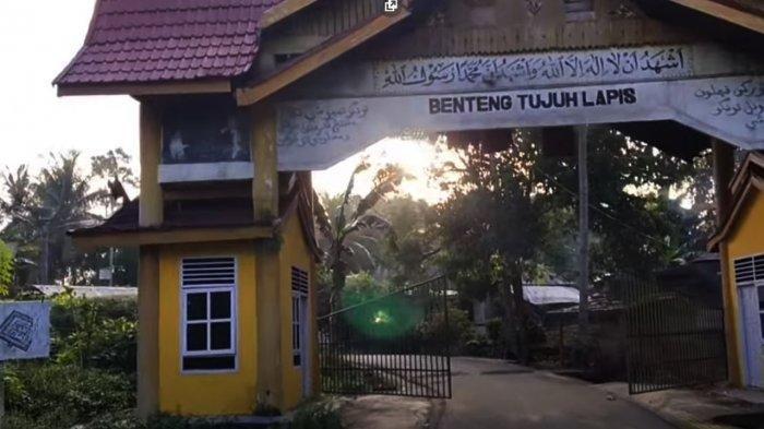 Pintu gerbang masuk di kawasan Benteng Tujung Lapis atau yang dikenal juga dengan nama Benteng Aur Kuning yang berada di Desa Dalu-Dalu Kelurahan Tambusai Tengah, Kecamatan Tambusai Kabupaten Rokan Hulu (Rohul) , Provinsi Riau