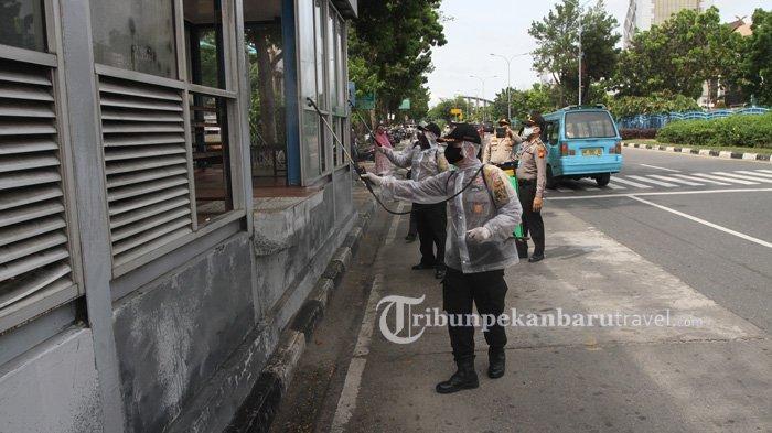 Cegah Penyebaran Covid-19 di Pekanbaru, Aparat Gabungan Semprokan Disinfektan ke Sejumlah Ruas