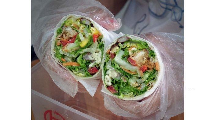 Salad yang dibungkus dengan kulit kebab di Marayu Healthy Kitchen
