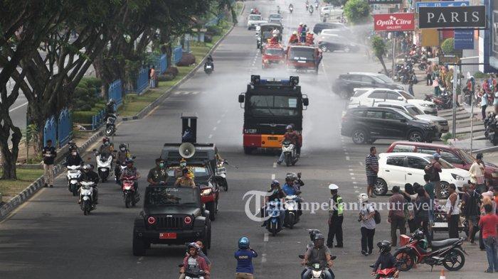 FOTO : Penyemprotan Disinfektan Massal di Jalanan Kota Pekanbaru - semprotkan-disinfektan-di-jalan1.jpg