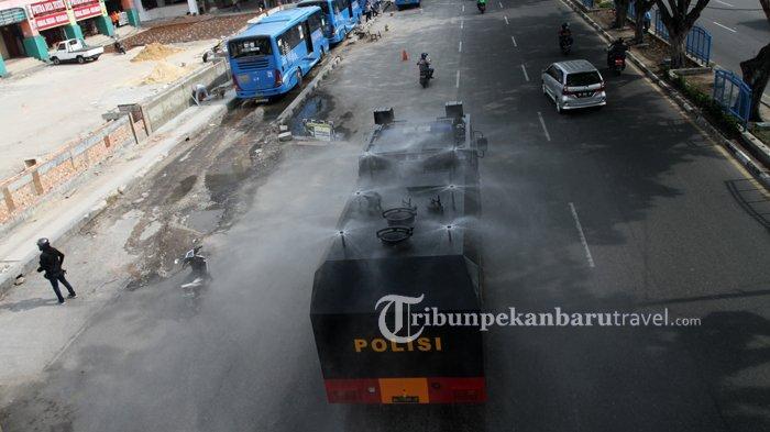 FOTO : Penyemprotan Disinfektan Massal di Jalanan Kota Pekanbaru - semprotkan-disinfektan-di-jalan4.jpg
