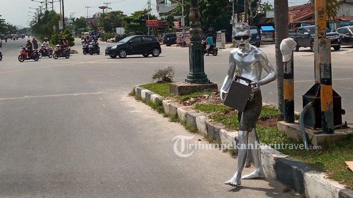 FOTO : Manusia Silver Beraksi di Pekanbaru