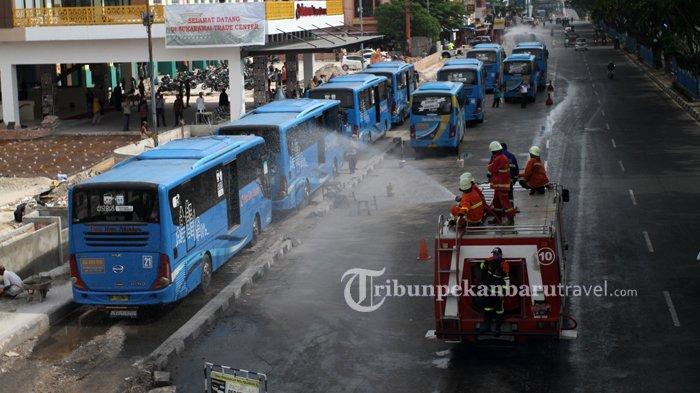 FOTO : Penyemprotan Disinfektan Massal di Jalanan Kota Pekanbaru - seprotkan-disinfektan-di-jalan3.jpg