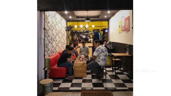 Suasana Den's Coffee Jalan Kaharuddin Nasution Pekanbaru