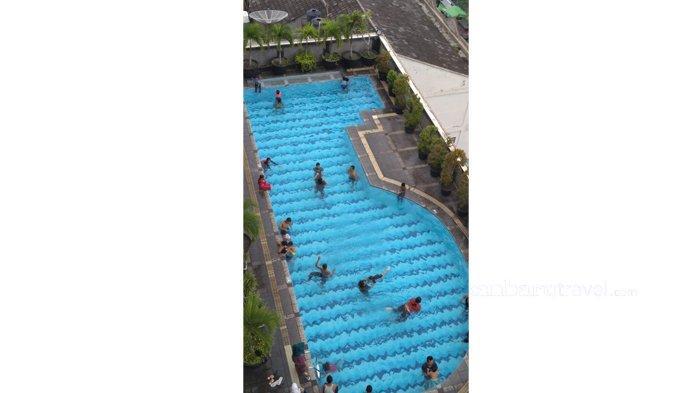 Suasana di area kolam renang di Grand Zuri Hotel Pekanbaru. Hotel tersebut kini menghadirkan promo Swimilcorner .