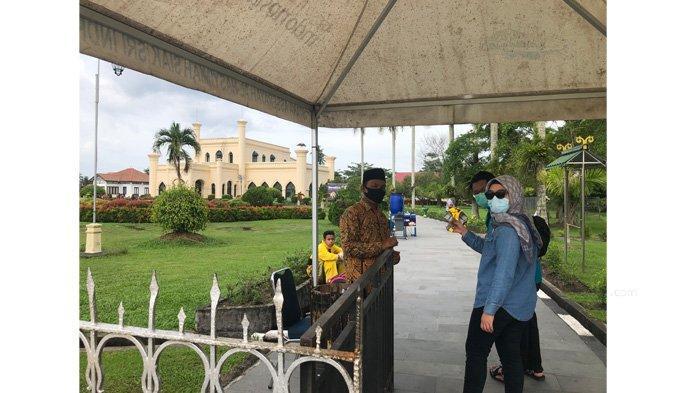 Libur Tahun Baru, Istana Siak Diserbu Pengunjung, Foto Bareng Badut Karakter Melayu Laris Manis