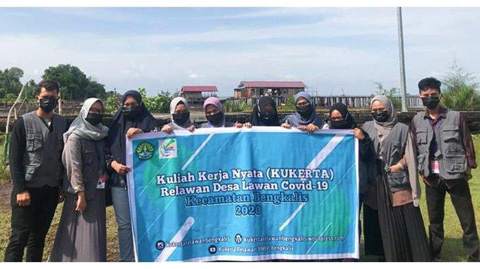 Relawan Covid-19 Unri Sebarkan Hand Sanitizer, Masker & Spanduk di Pantai Perapat Tunggal Bengkalis