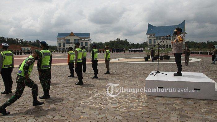 Tim Pemburu Teking Covid-19 yang berasal dari unsur gabungan mengikuti apel gelar pasukan di halaman Kantor Pemerintah Kota Pekanbaru , Minggu (20/9/2020)